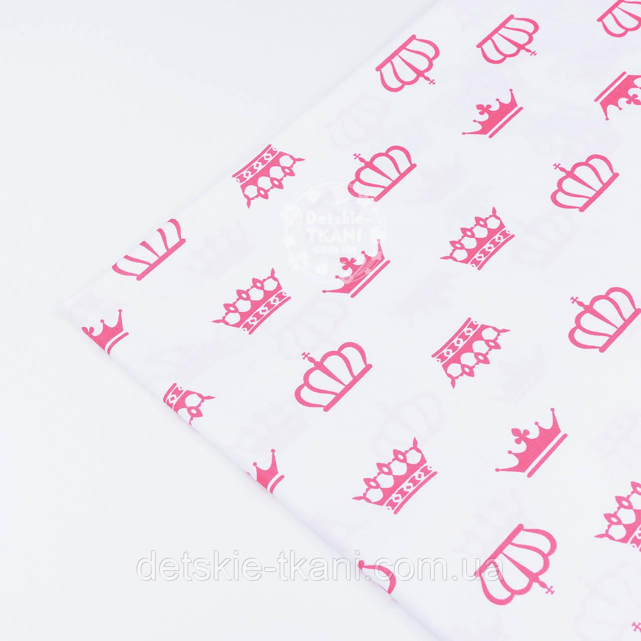 Лоскут ткани №1195а с малиновыми коронами белом фоне