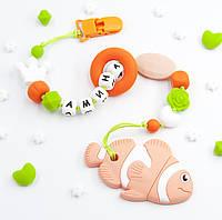 """Именной силиконовый грызунок с держателем на прищепке """"Оранжевая Рыбка Амина"""", фото 1"""