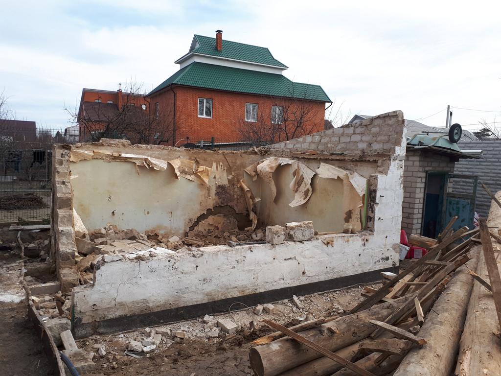Начало демонтажа шлакоблочных стен. На фотографии видно, что одним из основных скрепляющих средств были обои.
