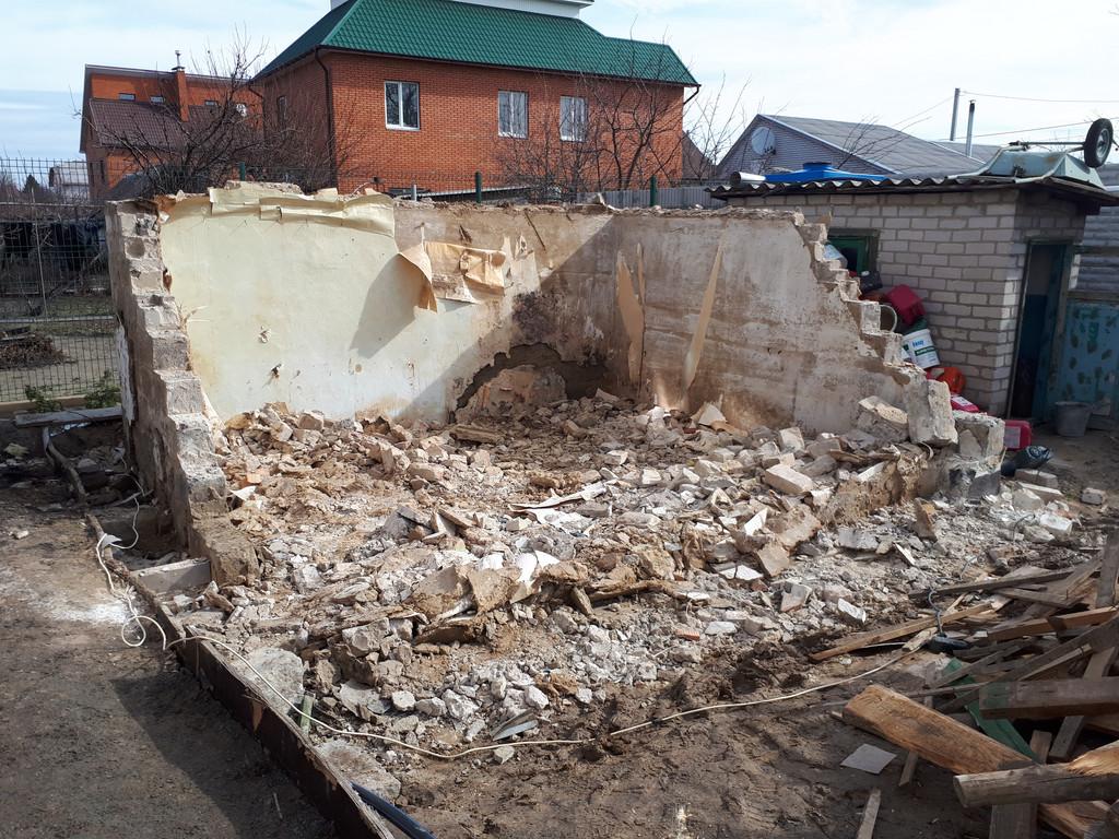 Разобрана практически половина стен. Стоит отметить, что мусор сразу же выносится, чтобы не допустить захламления строительной площадки.