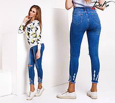 Укороченные джинсы с вышивкой и разрезами