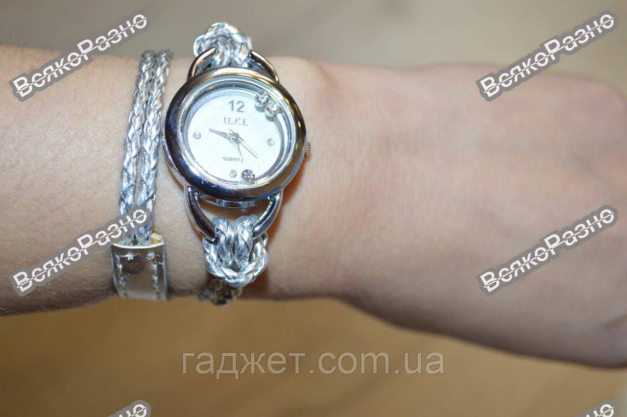 Женские часы IEKE с переплетенным длинным ремешком серебряного цвета.