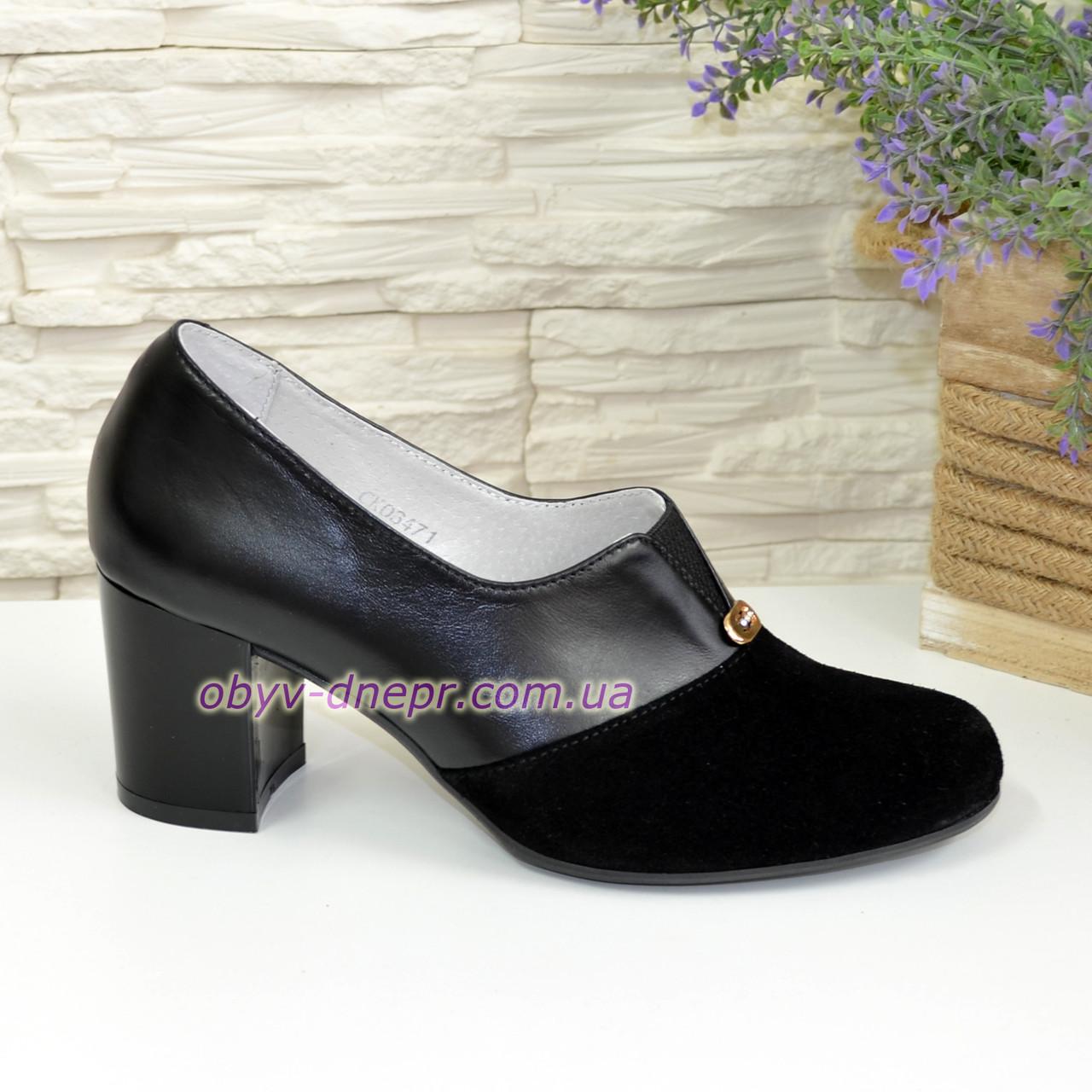Женские классические черные туфли на каблуке, декорированы фурнитурой. Натуральная замша и кожа