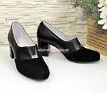Женские классические черные туфли на каблуке, декорированы фурнитурой. Натуральная замша и кожа, фото 2