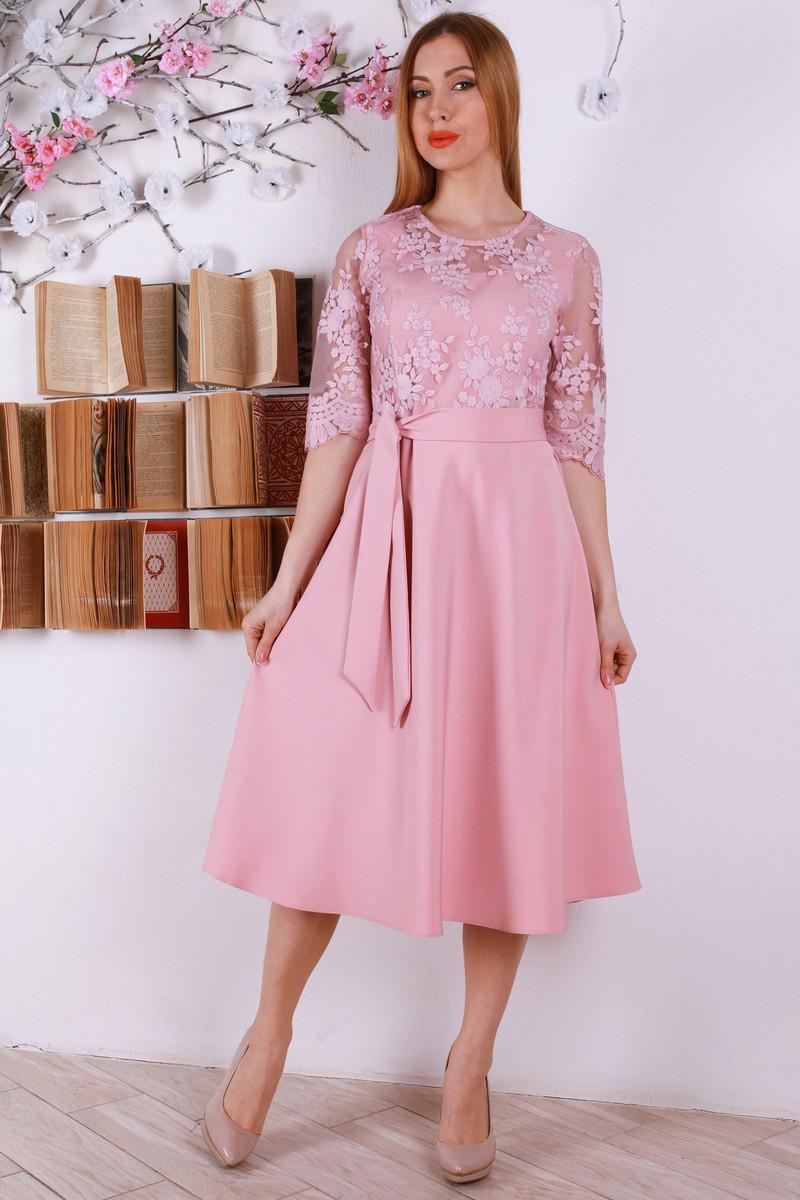 Красивое нежное платье с пояском, украшенное евросеткой с вышивкой