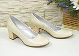 Женские бежевые кожаные туфли на невысоком устойчивом каблуке, фото 2