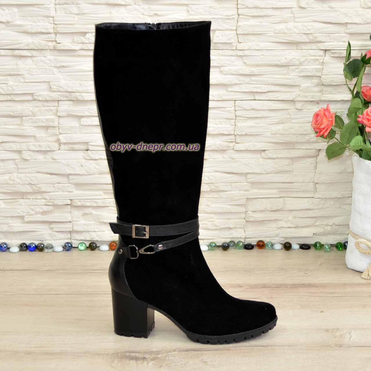 Сапоги черные зимние замшевые женские на устойчивом каблуке, декорированы ремешками.