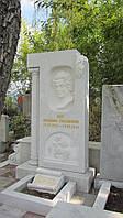 Мраморный памятник с барельефом  и Колонной № 19