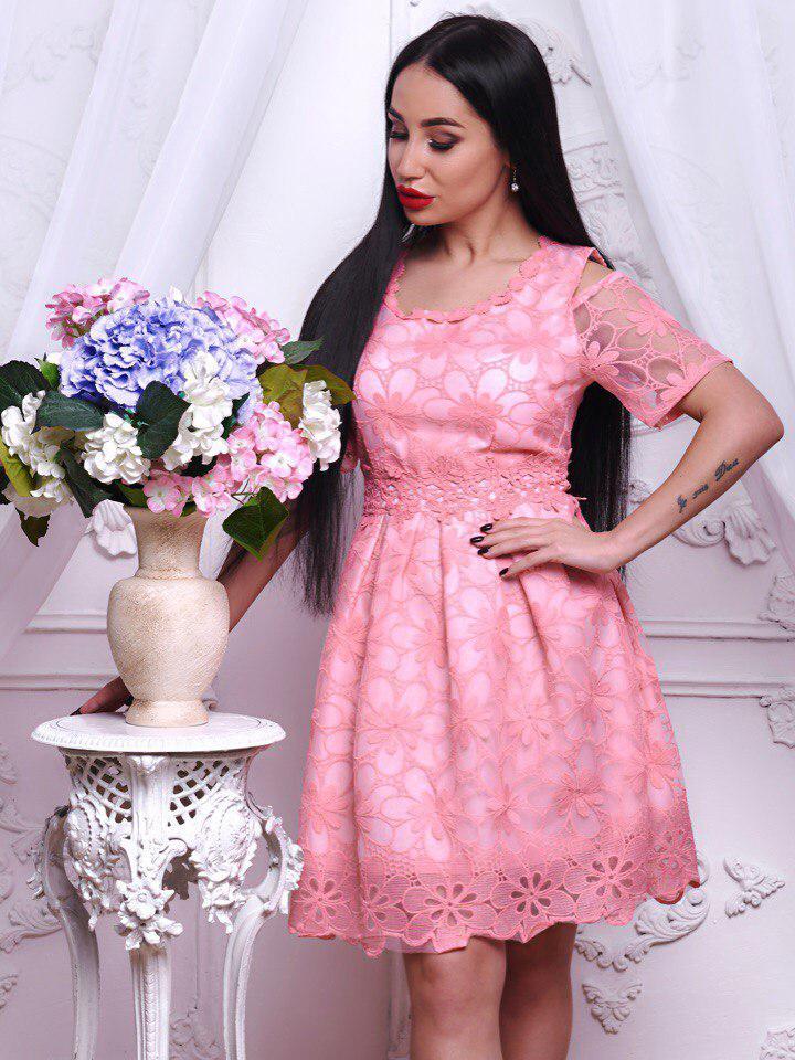 Красивое и яркое платье из набивного кружева