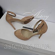 Женские бежевые босоножки из питона на высоком каблуке