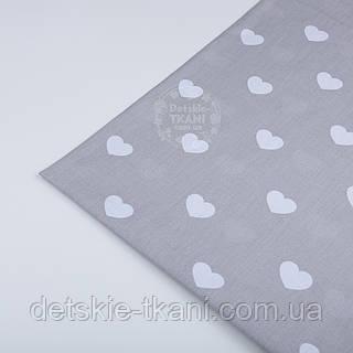 Лоскут ткани №402а с белыми сердцами на сером фоне
