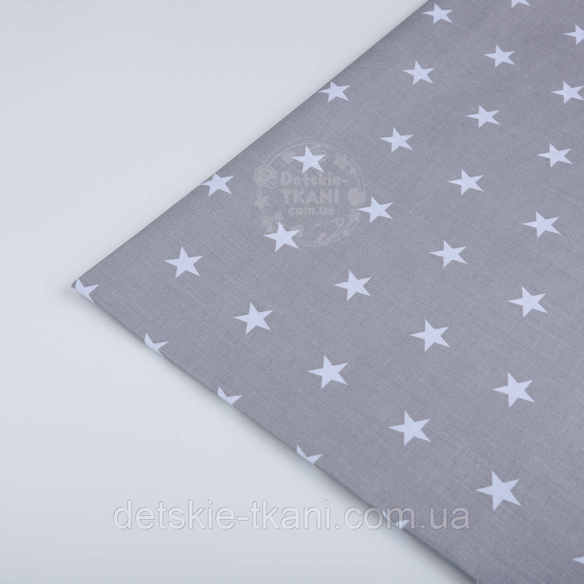 Лоскут ткани №187а с белыми звёздами на сером  фоне.