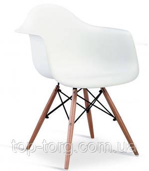 Стул DS-928 Mondi белого цвета, деревянные ножки. Цельное пластиковое кресло с подлокотниками