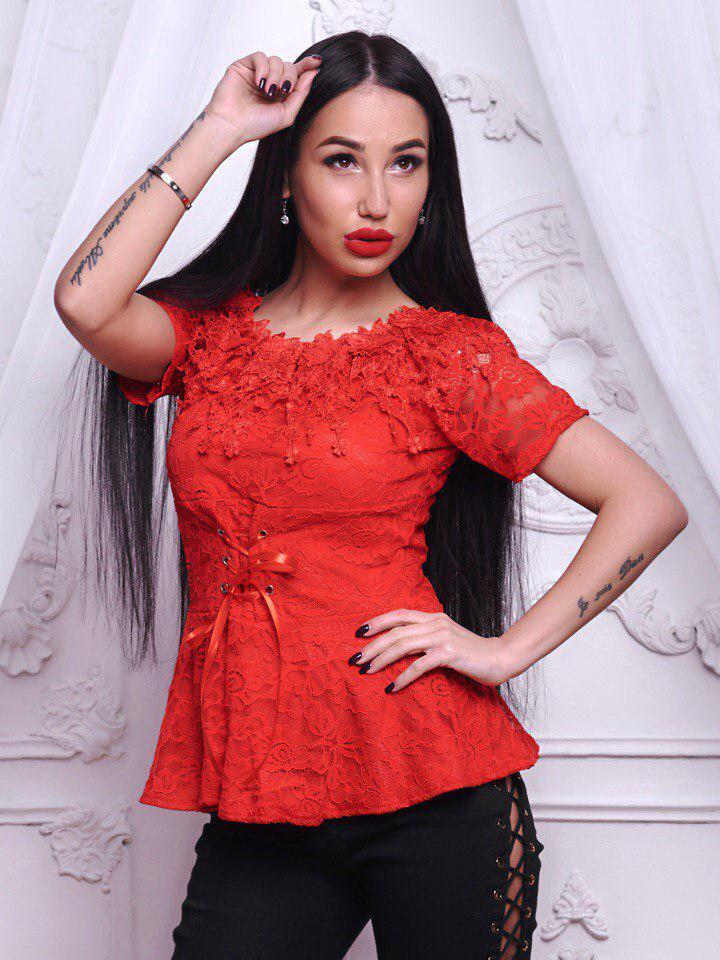 Красивая красная кружевная блузочка