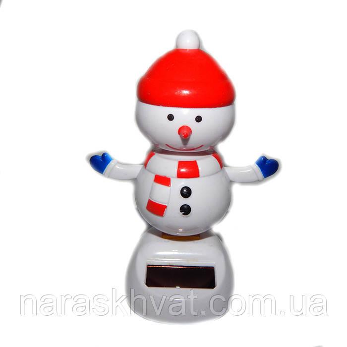 "Сувенир ""Танцующий Снеговик в шапке"" на солнечной батарее"
