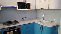 Стеклянный кухонный фартук с изображением белой кирпичной стены.