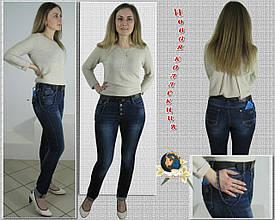 Оригинальные зауженные женские джинсы баталы на пуговицах