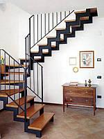 Г-образная лестница на двух ломаных косоурах с забежными ступеням. На второй этаж. Изготовление на заказ