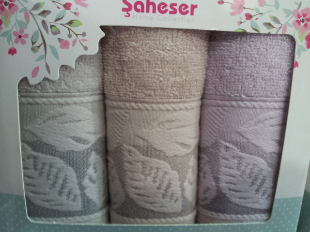 Махровые полотенца в красивой подарочной коробке Saheser