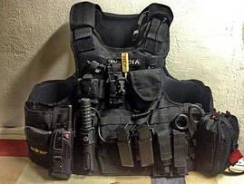 Телескопическая дубинка ESP и тактическое зеркало от Euro Security Products на полном снаряжении члена полиции особого назначения Словакии.