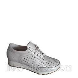 Женские кроссовки белого цвета на шнуровке