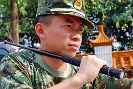 Телескопическая дубинка ESP c фонариком на вооружении полиции Китая.