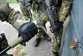 И один из дополнительных аксессуаров ESP в действии - маленький ломик / молот. Применяется в военных назначениях.