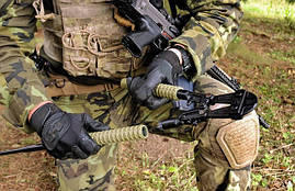 И еще дополнительный аксессуар для дубинок ESP - болторез. Здесь используется для военных целей.
