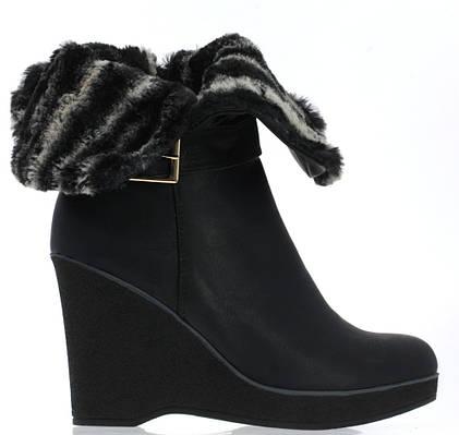 Стильные женские ботинки черного цвета украшенные мехом! Очень легкие.