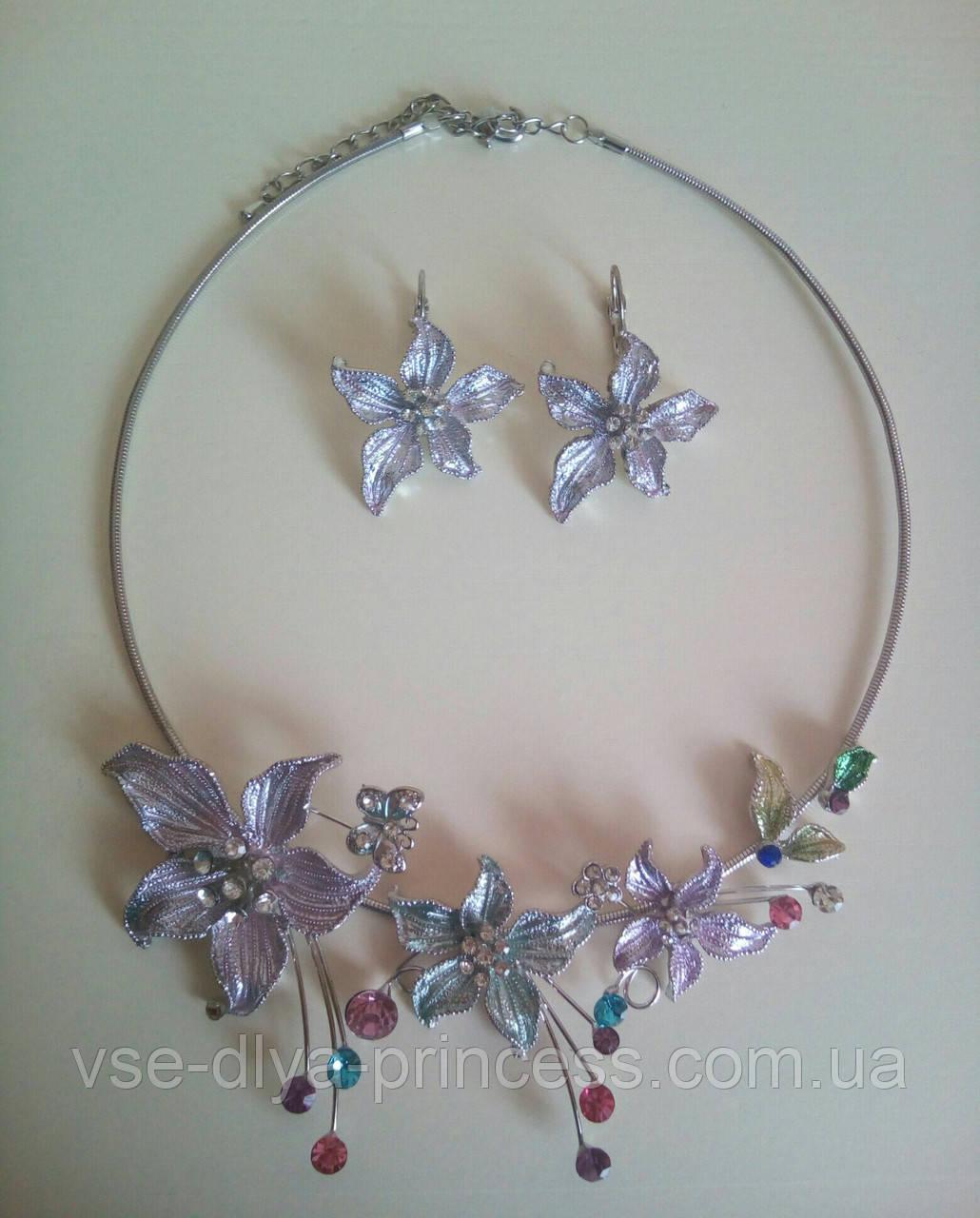 Набор бижутерии под серебро с сиренево-бирюзовыми цветами и разноцветными камнями, колье и серьги