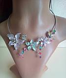 Набор бижутерии под серебро с сиренево-бирюзовыми цветами и разноцветными камнями, колье и серьги, фото 3