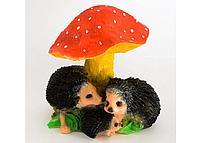 Садовая фигура ежики под грибами 30см