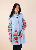 Женское голубое демисезонное кашемировое пальто с вышитыми маками.