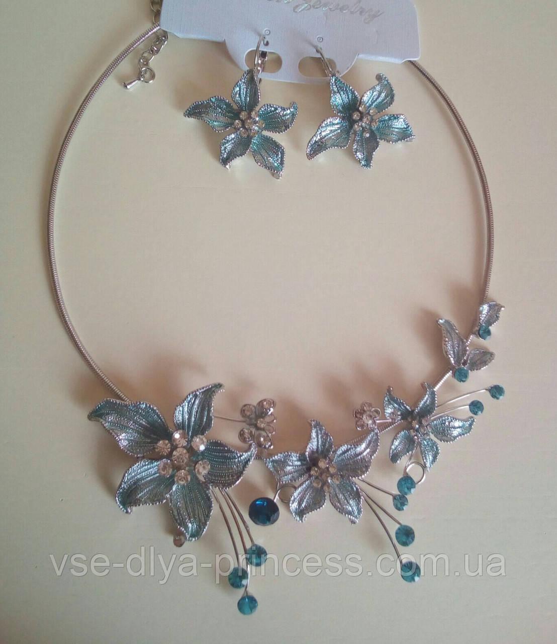 Набір біжутерії під срібло з блакитними квітами та різнокольоровими каменями, кольє і сережки