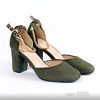 Закрытые туфли на низком каблуке  из эко-замши с ремешком-цепочкой