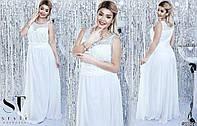 Красивое женское приталенное платье в пол с гипюром и стразами
