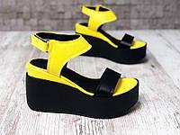 Жёлто-черные босоножки на платформе
