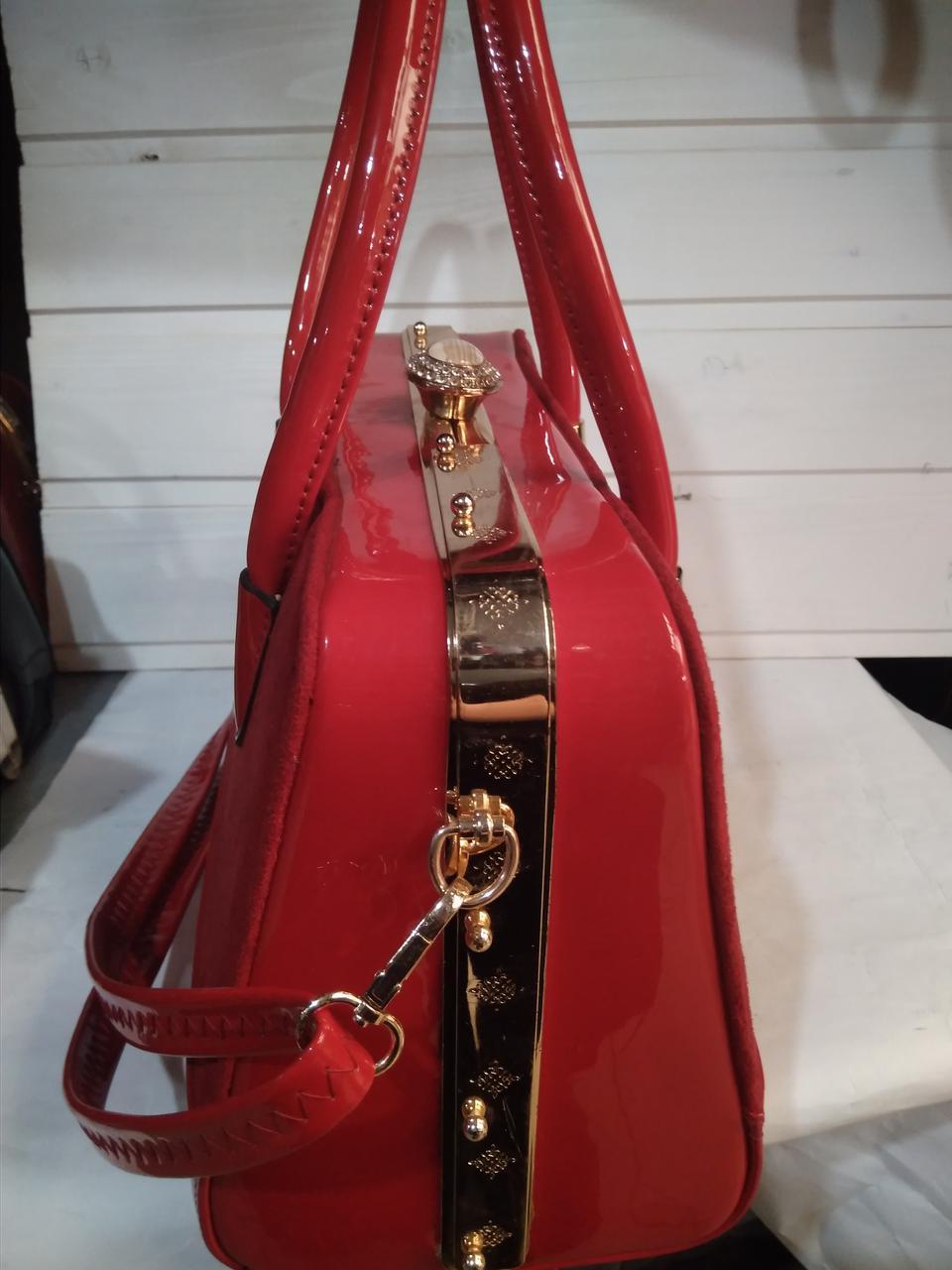 90efaa70e8c8 Женская сумка с жестким каркасом внутри и застежкой типа