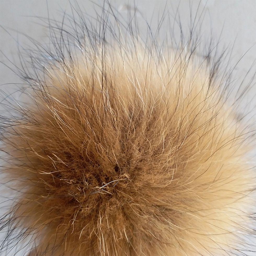 Помпоны шапки-натуральный мех енота (от14 см до 16 см)