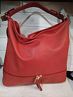 Вместительная женская сумка красная из искусственной кожи высокого качества.