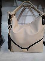 Вместительная женская сумка бежевая из искусственной кожи высокого качества.