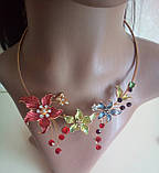 Набор бижутерии под золото с бежевыми цветами и разноцветными камнями, колье и серьги, фото 4
