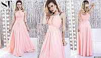 Красивое женское приталенное платье в пол с украшением на горловине