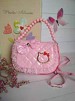Лаковая сумочка для девочки Китти с бусами, фото 1