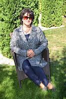 Женский кардиган выполнен в классическом фасоне