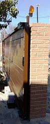 Алюминиевые откатные ворота Алютех оборудованы пластиковой ручкой для открытия.