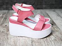 Босоножки нежно-розового цвета с белой подошвой