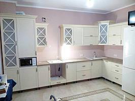 Белая угловая кухня с необычными стеклянными фасадми
