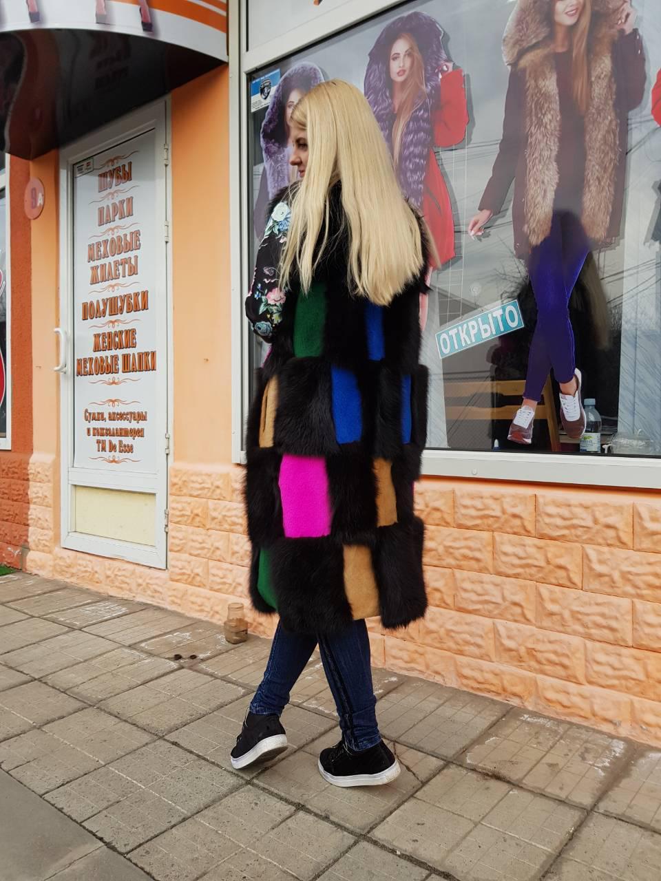 Длинная меховая разноцветная жилетка для девушек