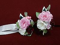 Свадебные бутоньерки для свидетелей из пиона  (бутоньерка и цветочный браслет) розовые с бордовым и айвори